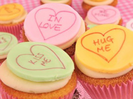 wedding cup cakes with heart messages