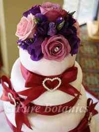 roses used to decorate a wedding cake